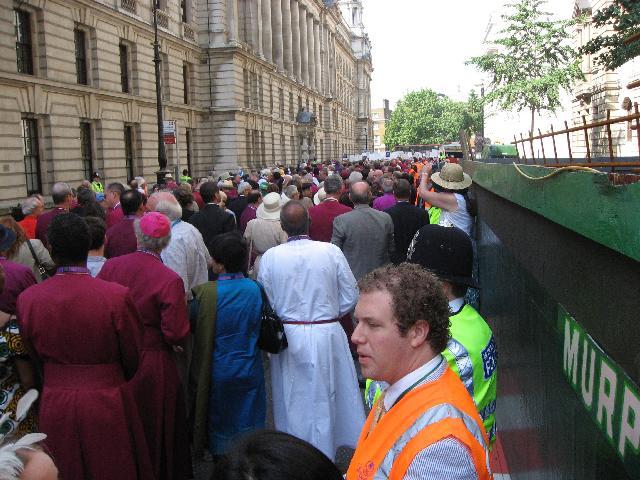 ホワイトホールを歩く主教たち